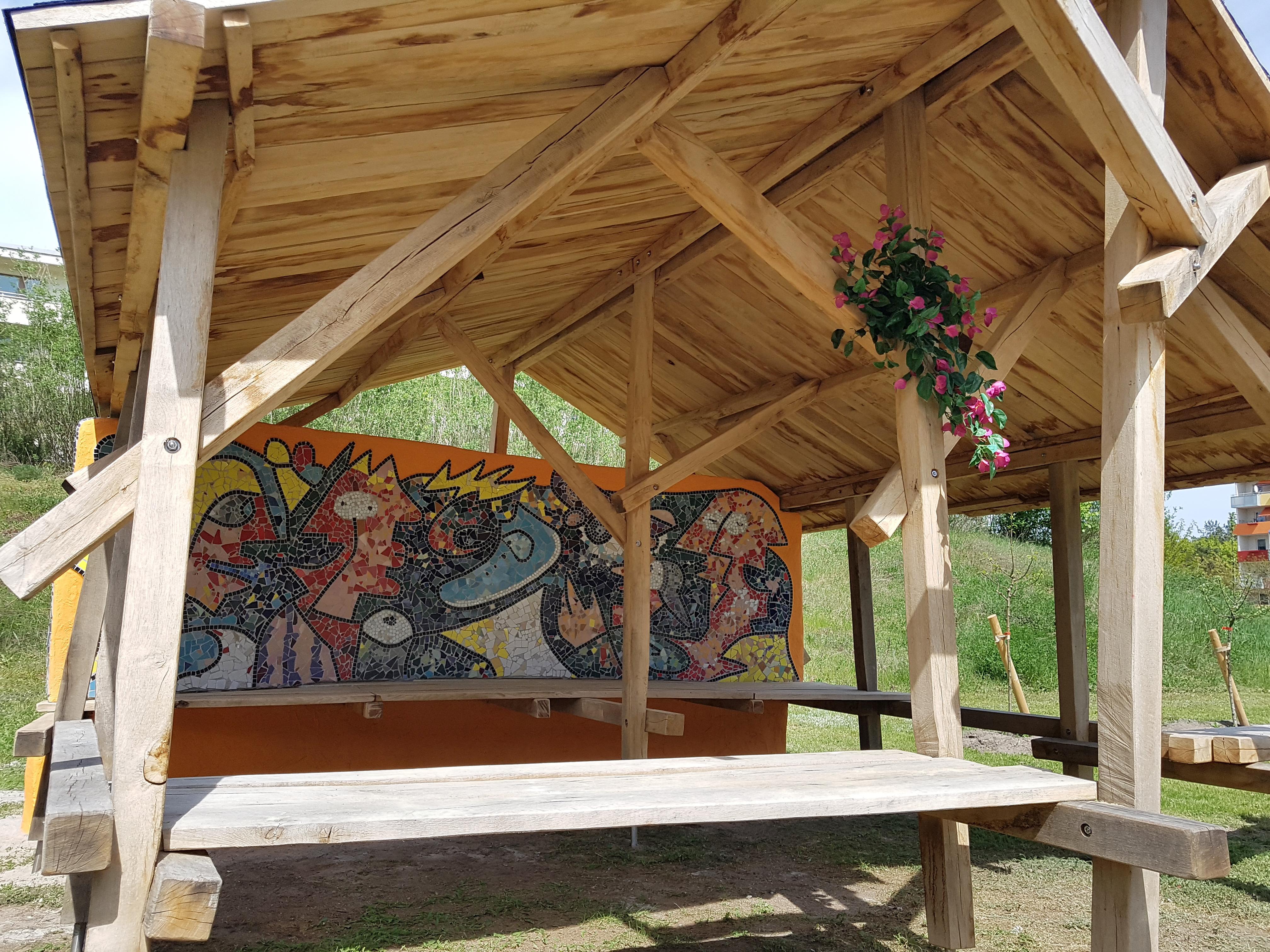 Jugendhütte mit Mosaikwand