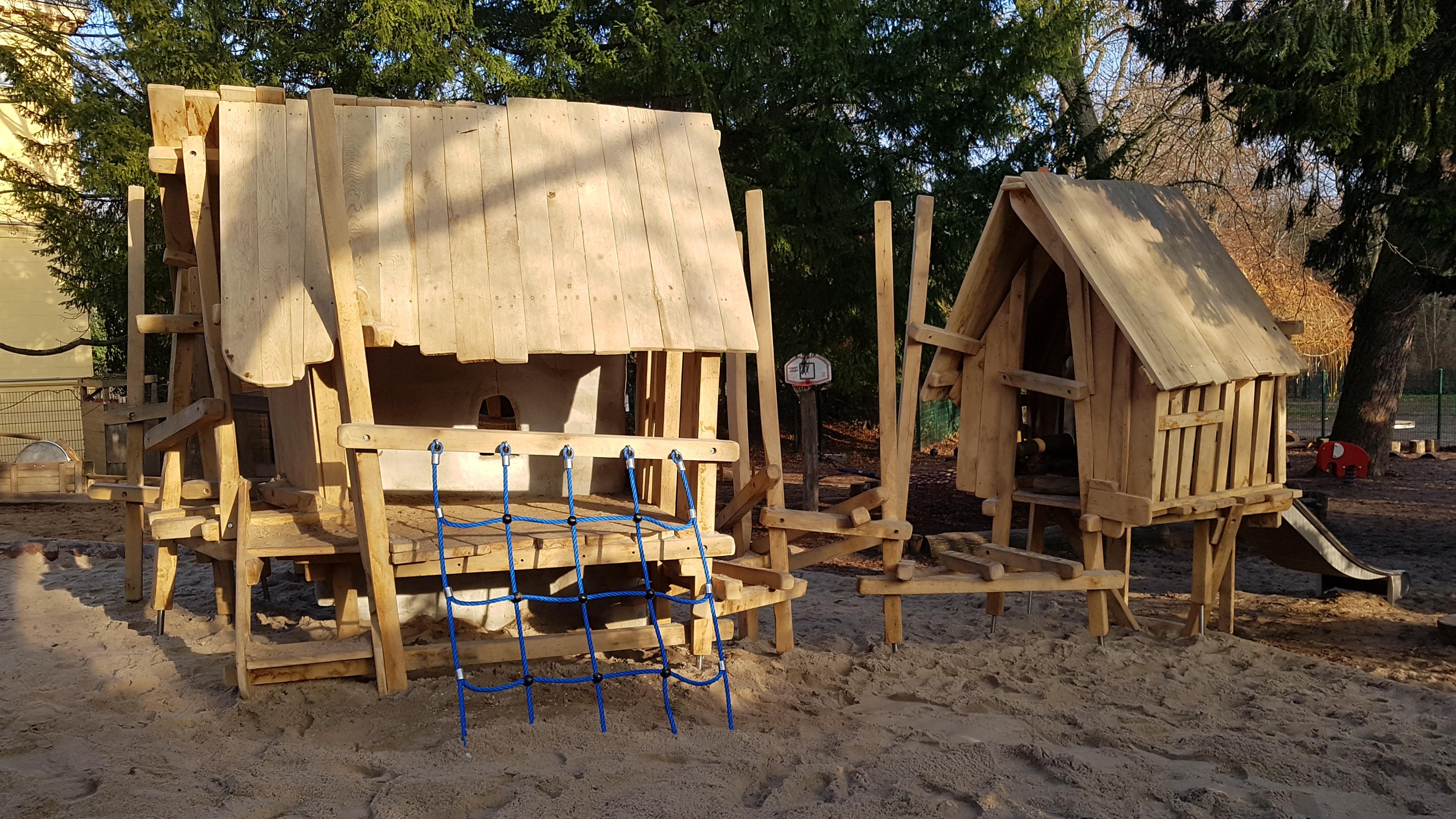 Spielplatz mit zwei Hütten